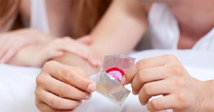 Nên sử dụng bao cao su để hạn chế tối đa tình trạng vi khuẩn lây lan