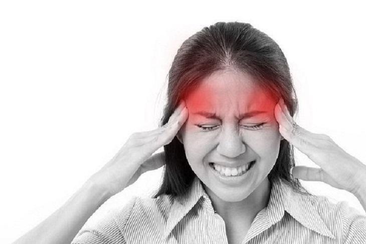 Đau nhức đầu dữ dội là một trong những triệu chứng thường gặp của viêm xoang sàng