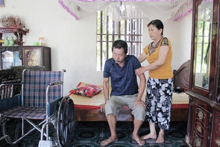 Bệnh nhân xương khớp nặng phải sử dụng xe lăn